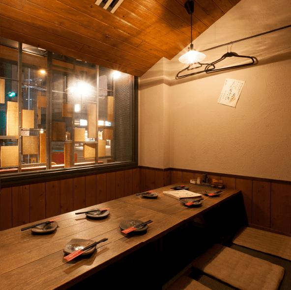 窓側テーブル席
